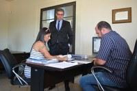 Acompanhada de advogado denunciante protocola pedido de impeachment do prefeito Kadu